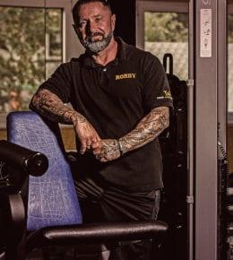 ist lizenzierter Fitness Lehrer und hat das T&T im September 2012 gegründet. Früher waren Fußball und Kraftdreikampf seine Leidenschaft, heute hat er sich auf das Fitness- & Krafttraining sowie Gesundheitssport spezialisiert.